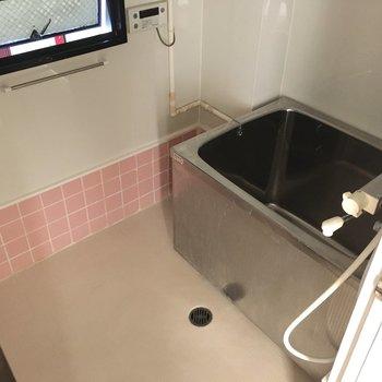 お風呂もレトロ・・・ですがしっかりサーモ水栓です。