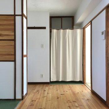 玄関入ってすぐこちらのスペースです。無垢床が心地よい◎