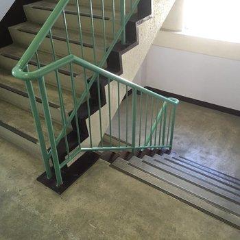 階段も幅が広くて使いやすい。