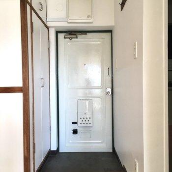 玄関もレトロ。白が眩しいくらいだ。