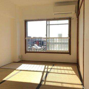 日当たりしっかりの和室。エアコンもついているし、ここは寝室になりそうです。