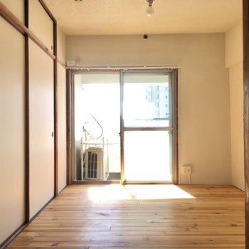こちらは無垢床の洋室。
