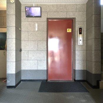 エレベーターもしっかりありますよ。防犯カメラ付きで安心です。