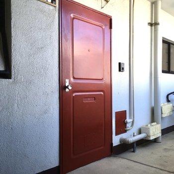 玄関は真っ赤。きれいめな色合い。