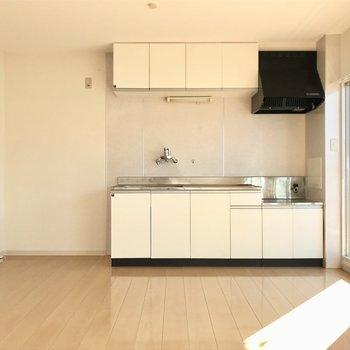 白い空間に白いキッチンが清潔感◎となりに白い冷蔵庫を置きたい(※写真は清掃前のものです)