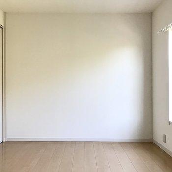 北向きですが明るい空間、夫婦の寝室にちょうどよさそう!(※写真は清掃前のものです)