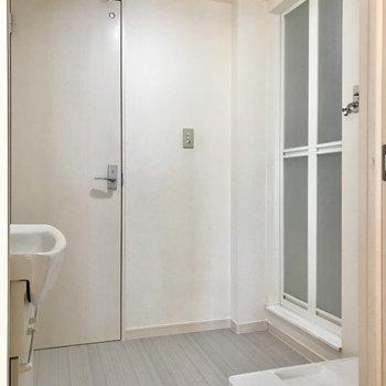 脱衣所も真っ白空間、洗濯機置場は高さがありました(※写真は清掃前のものです)