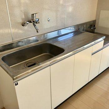 大きなシンクに作業スペース。洗い物もスムーズに(※写真は清掃前のものです)