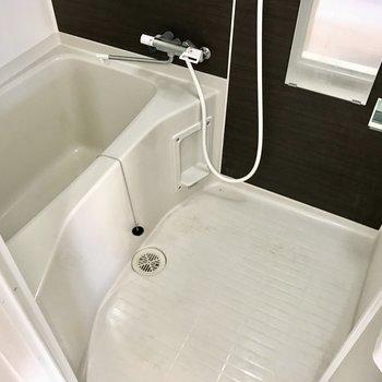 お風呂も掃除しやすいタイプ。サーモ水栓で使い勝手も◎!(※写真は清掃前のものです)