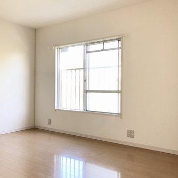 1番奥の洋室。窓辺にテレビが置けますよ(※写真は清掃前のものです)