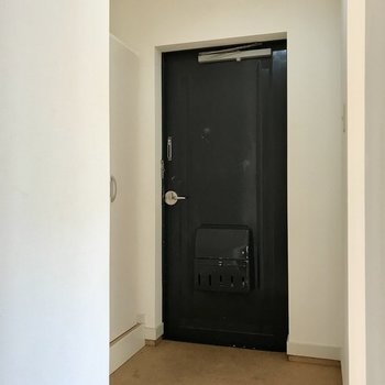 玄関は三角の形。段差も高くないからお子さまでも安心(※写真は清掃前のものです)