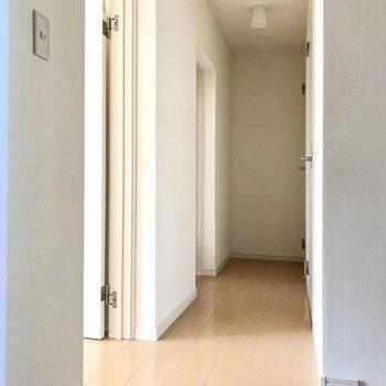 リビング、洋室、水回りはすべて廊下で分かれています(※写真は清掃前のものです)