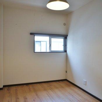 少し小さめの洋室
