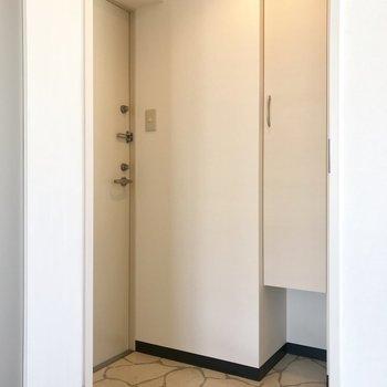 玄関はちょっと狭め※写真は同間取り反転タイプ