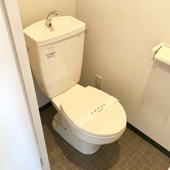 トイレはいたってシンプル!※写真は同間取り反転タイプ