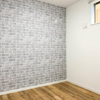 【サービスルーム】小窓があります。