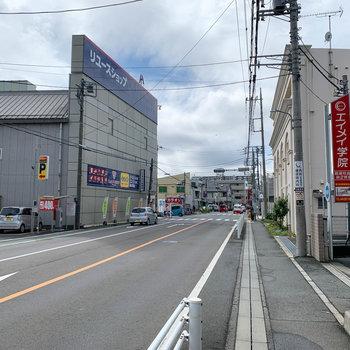 お部屋前の道路です。リサイクルショップやレンタルビデオ店もありました。