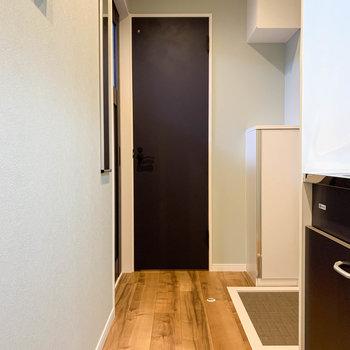 廊下部分です。奥の扉はトイレ、その右に玄関があります。
