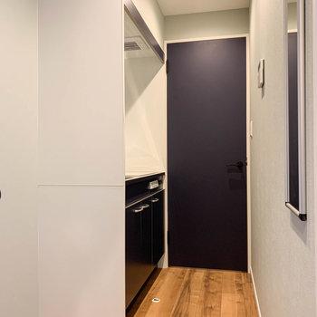反対から。キッチンと、奥の扉が脱衣所です。