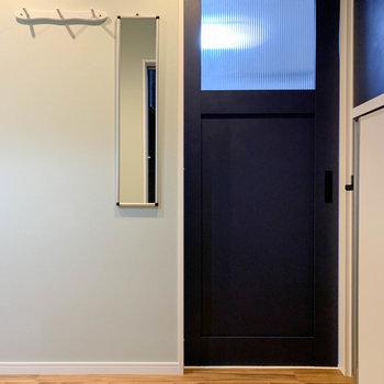玄関を開けると見える景色。不意の来客時も、お部屋が見えないのが良いですね。