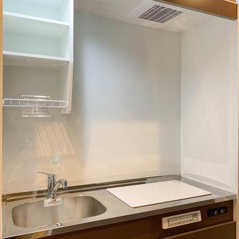 キッチンは二口IH。電源オフ時はまな板を置くスペースにもなりそう。