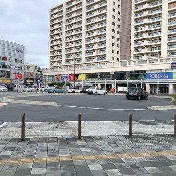 鶴瀬駅の西口ロータリーです。お店で賑わっています。
