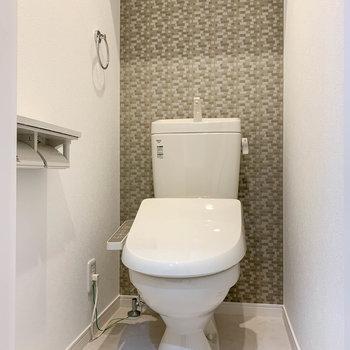 温水洗浄便座付き、独立したトイレ。