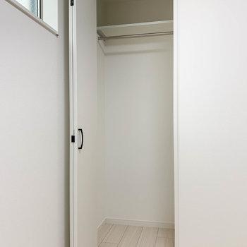 【サービスルーム】クローゼットは一人分サイズ。