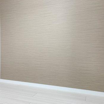 【サービスルーム】こちらの壁側、幅が210cmあります。ギリ、シングルベッドも置けそうです。