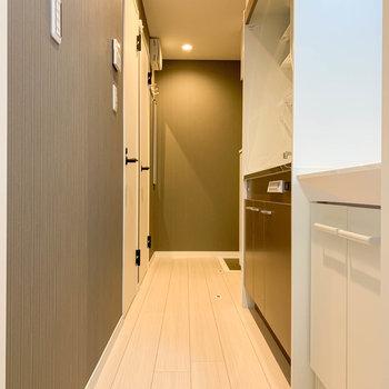 廊下部分です。右手に洗面台とキッチンがあります。