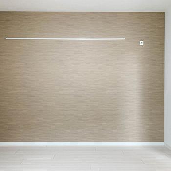 【洋室】向かいの壁は深めの色合いのクロス。