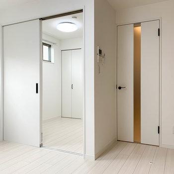 【洋室】窓側から見ると。右の扉は廊下へ。奥にはもう1部屋あります。