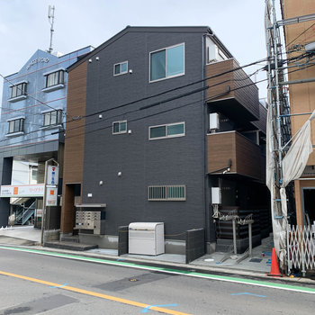 道路沿いの新築アパート。外観も洒落ています。