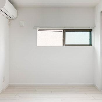 【洋室】角部屋、サイドにも小窓があります。