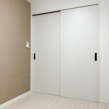 【サービスルーム】洋室との扉も爽やかなホワイト。