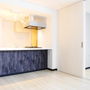 すっきりとした対面キッチンがかっこいい※写真は同間取り反転タイプ