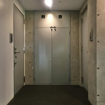 共用部は暗めで独特な空間でした