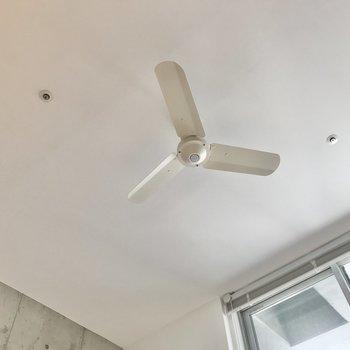 吹き抜けの天井にはシーリングファンがあります