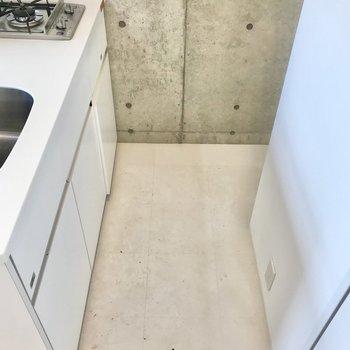 右奥には冷蔵庫が置けます