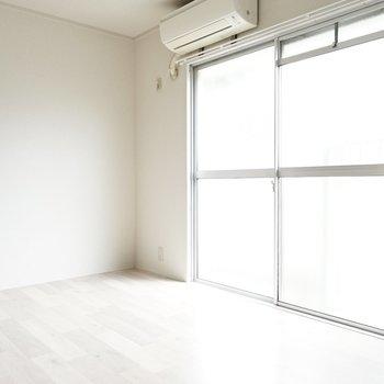 窓側を向くと、自然光とお部屋の白さが混ざり、 まるで初冬の季節の雪のよう。
