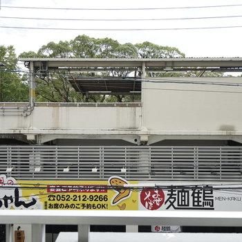 目の前は駅のホームと 美味しそうなラーメン屋と山ちゃん!
