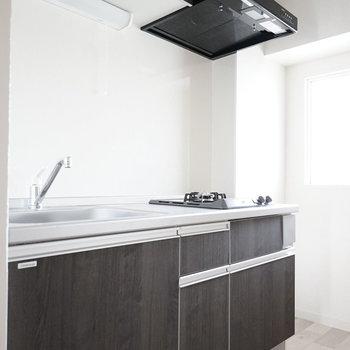 白いお部屋とは対照的に、 キッチンの黒がカッコイイんだこれが!