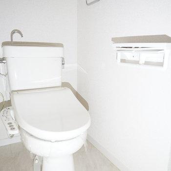白くシンプルなトイレはウォシュレット付き!