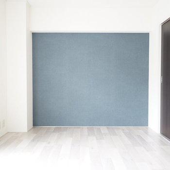 お部屋はしっかりリノベ!引き戸のシックな 色合いが空間の印象をグッと引き締めてくれます。