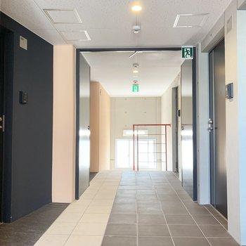 共用部。中廊下式のマンションです。