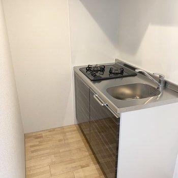 キッチンはクローゼットを隔ててゆるくお部屋と分かれています。