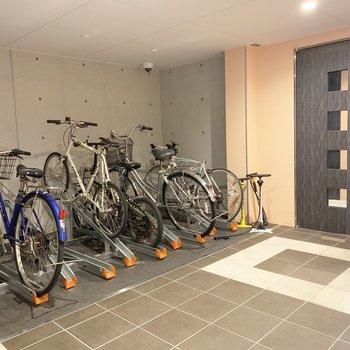 自転車置場はエントランス前に。屋内は嬉しいポイント。