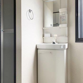 お風呂横にスリムタイプの洗面化粧台。