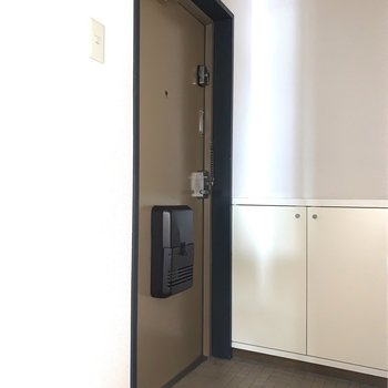 玄関も居室とドアで分けられています。※フラッシュ撮影です