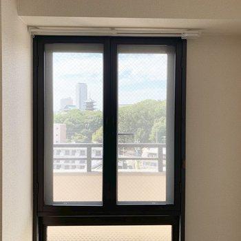 こちらの窓からも。こちら開閉は上部のみ可能です。